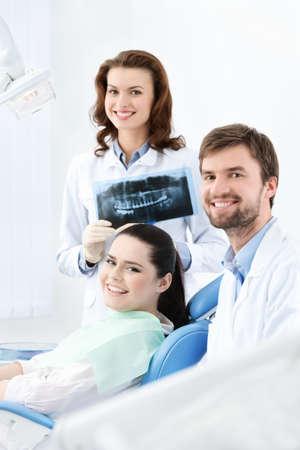 gladly: Dentista, asistente y el cliente est� satisfecho de su trabajo