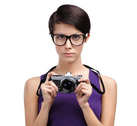 sadly: Bella ragazza in occhiali fotocamera mani retro fotografica, isolato su bianco