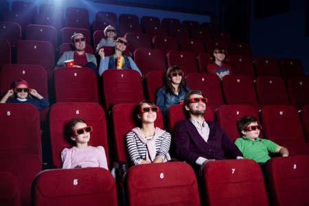 family movies: Gente sonriente en sala de cine 3D