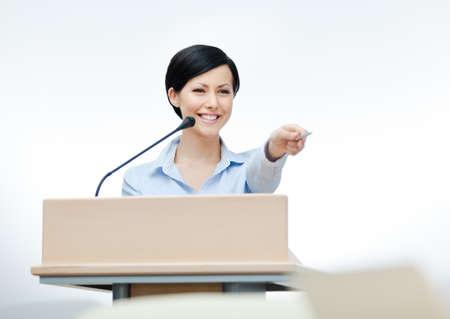 speaker: Altavoz femenino en el tablero. Business conferencia