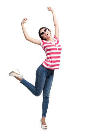 lanzamiento de bala: Adolescente bailando feliz con los brazos para arriba, aislado en un fondo blanco. Moda Foto de archivo
