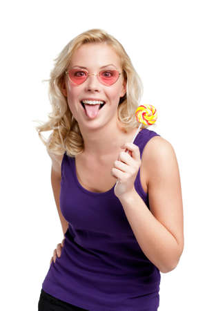 plan éloigné: Femme avec lollypop montre la langue, isolé sur blanc