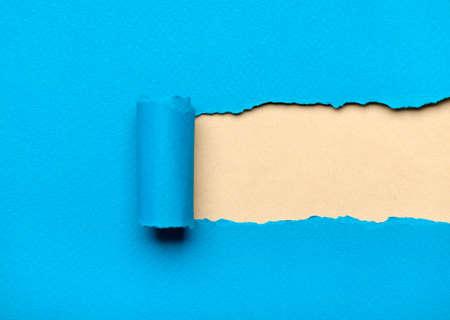 Hin-und hergerissen hellblaue Papier mit milchigen copyspace für Ihre Nachricht. Papierrolle