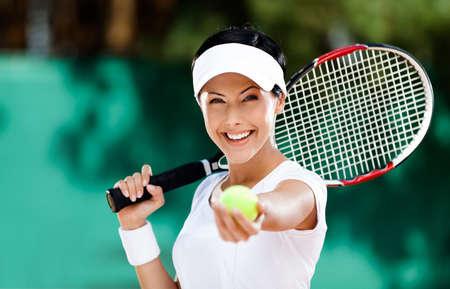 tenis: Mujer en ropa deportiva sirve pelota de tenis. Torneo Foto de archivo