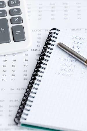 pad pen: Primer plano de papeler�a comercial: bloc de notas, bol�grafo, calculadora y algunos documentos