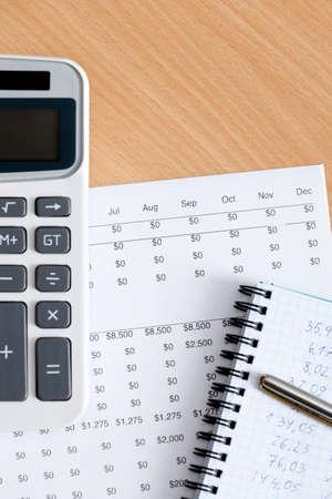 pad pen: Primer plano de papeler�a comercial: bloc de notas, bol�grafo, calculadora y algunos documentos sobre la mesa