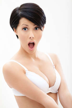 короткие волосы: Портрет женщины в бюстгальтере, изолированных на белом