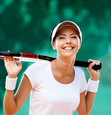Sportvrouw met racket op de tennisbaan Gezonde levensstijl