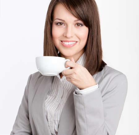 donna che beve il caff�: Affari, donna, bere il caff� dalla tazza bianca, isolato su bianco Archivio Fotografico
