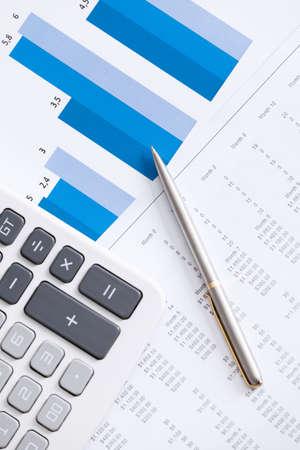 Vertical: Primer plano de la papeler�a comercial: calculadora, pluma, diagramas. Vista superior Foto de archivo