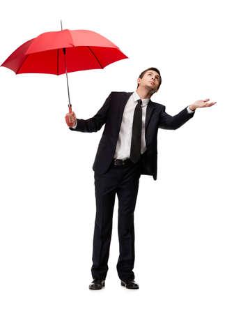 UOMO pioggia: Palming up uomo con l'ombrello rosso controlla la pioggia, isolato su bianco