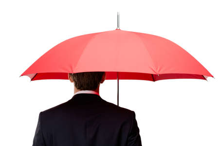 lluvia paraguas: Parte posterior del hombre que sostiene el paraguas rojo abierto encima de la cabeza, aislado en blanco