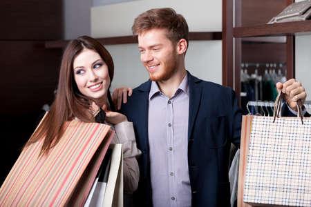 pareja de esposos: Pareja se cas� hace compras Foto de archivo