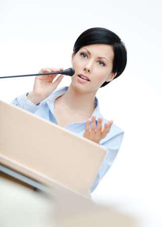 conferencia de negocios: Mujer ejecutiva en el podio. Empresas conferencia Foto de archivo