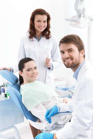 dentista: Dentista, asistente y el paciente est� preparado para tratar los dientes cariados