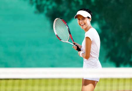 tenis: Deportista bonita con la raqueta en la cancha de tenis. Estilo de vida saludable Foto de archivo