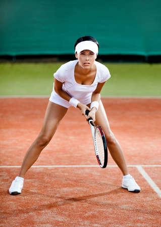 Tenis konkurencji. Kobieta gracz na kort do tenisa ziemnego