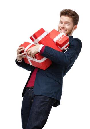 lazo regalo: Joven inteligente lleva un montón de regalos pesados, aislados en blanco