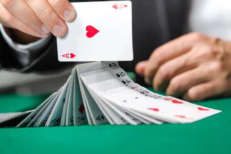 Gambler spielen mit Poker-Karten. Risky Unterhaltung Glücksspiel