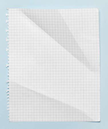 feuille froiss�e: Carr� feuille de papier froiss�, isol� sur fond bleu