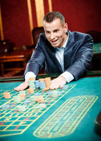 kockázatos: Szerencsejátékos tét játék rulett a szerencsejáték házban. Kockázatos szórakoztató szerencsejáték