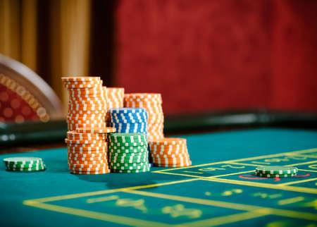 ruleta: Primer plano de montones de fichas en la mesa de ruleta. Símbolo de la adicción a los juegos de azar Foto de archivo