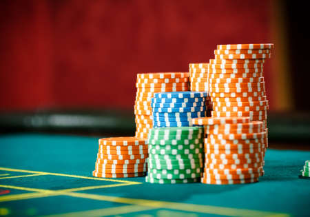ruleta de casino: Cierre de tiro de las pilas de fichas en la mesa de ruleta. Símbolo de la adicción a los juegos de azar Foto de archivo