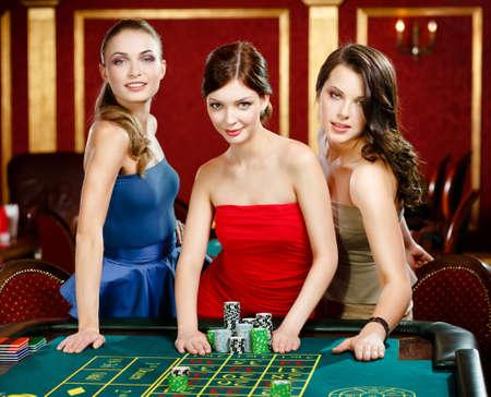 ruleta: Tres mujeres coloque una apuesta de ruleta jugar en el casino
