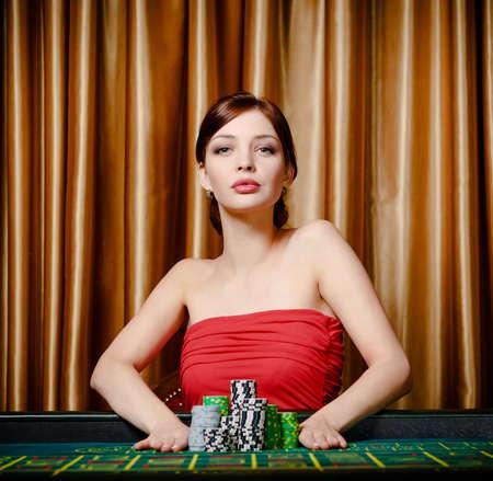ruleta de casino: Estacas Mujer pilas de chips de jugar a la ruleta en el casino