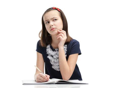 soumis: Écolière réfléchit la tâche, isolé, fond blanc