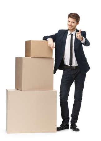 carga: Vendedor recomienda bienes de consumo, aislado, fondo blanco