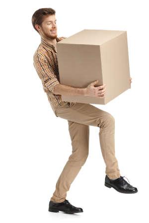 deliveryman: Fattorino difficilmente porta il pacco, isolate, sfondo bianco Archivio Fotografico