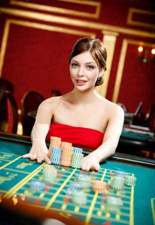fichas de casino: Jugar juego de ruleta en el casino mujer Foto de archivo