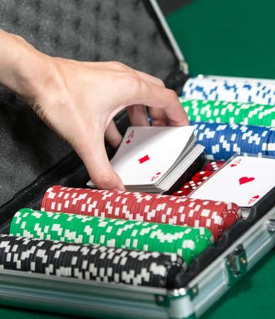 Poker juego en la maleta de metal. La adicción a los juegos de azar Foto de archivo - 18303299