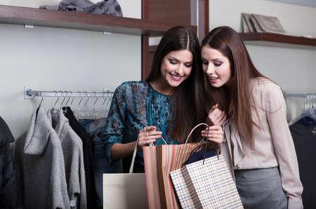 gladly: Dos novias comprar regalos en una venta Foto de archivo