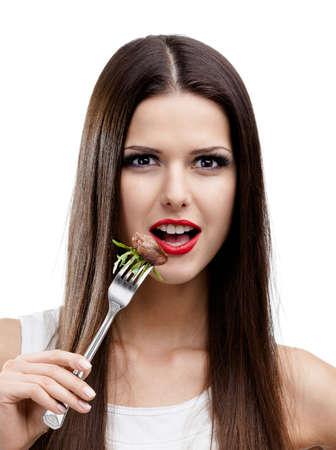 Hübsche Frau mit rotem Lippenstift essen Braten, isoliert auf weiß. Fettige Nahrung führt zu Fettleibigkeit Standard-Bild