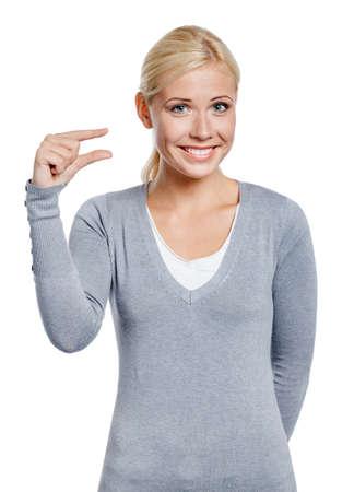 제스처: 흰색에 고립 된 손가락으로 뭔가의 작은 금액을 표시하는 여자