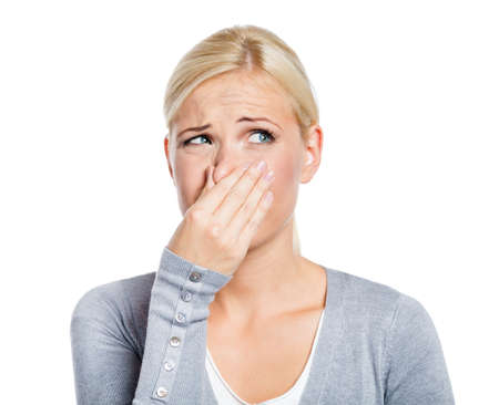 nasen: Lady deckt Nase mit der Hand zeigt, dass etwas stinkt, isoliert auf wei� Lizenzfreie Bilder