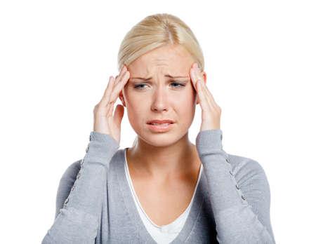 cansancio: La mujer pone las manos en la cabeza, aislado en blanco. Concepto de los problemas y el dolor de cabeza Foto de archivo