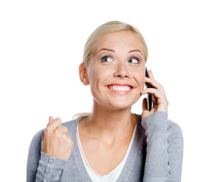talking by phone: Smiley donna parla sul telefono con il pugno in su, isolato su bianco