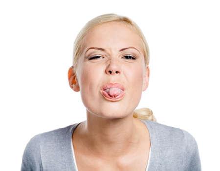 long shots: Donna divertente che mostra la sua lingua, isolato su bianco