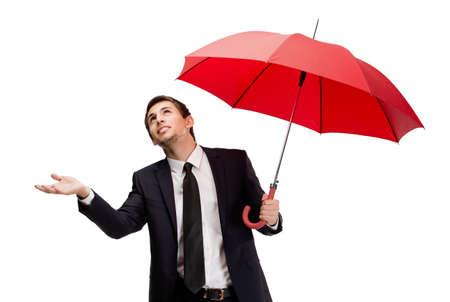 uomo sotto la pioggia: Palming up uomo d'affari con ombrello aperto aperto controlla la pioggia, isolato su bianco Archivio Fotografico