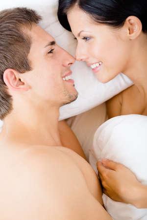 desnudo masculino: Cerca de la pareja en la cama cerca de la otra, vista superior Concepto de amor y afecto