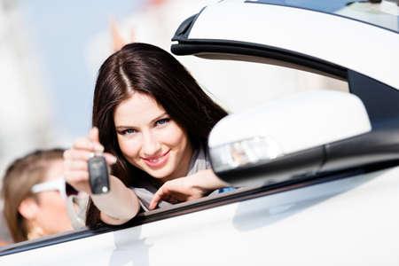 key to freedom: Muchacha en el coche muestra la llave del coche. La compra de coches y conseguir la libertad