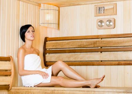 sauna nackt: Half-naked Frau entspannt in der Sauna. Konzept der Selbst-Pflege, Gesundheit und Entspannung