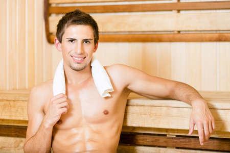 sauna nackt: Nackter Mann Entspannung in der Sauna. Konzept der Selbst-Pflege, Gesundheit und Entspannung Lizenzfreie Bilder
