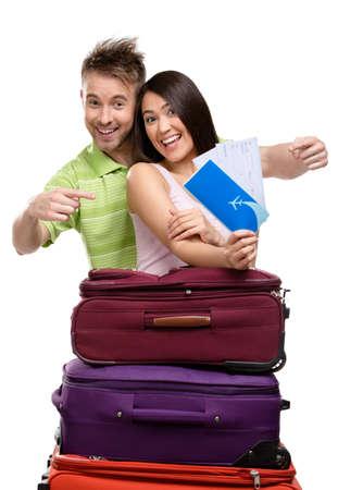 Paar mit Koffern und Tickets, isoliert. Konzept der romantischen Urlaub und schöne Flitterwochen