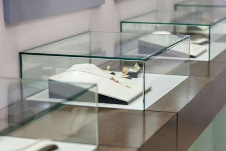 Schmuck in der Vitrine bei Juweliergeschäft. Konzept von Reichtum und luxuriöse Leben