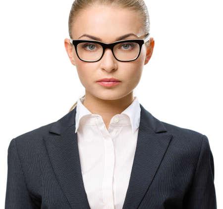 plan éloigné: Vue de face de femme d'affaires portant des lunettes, isolé sur blanc. Concept de leadership et succès