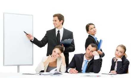 cansancio: Encargado que muestra algo en la pantalla con el grupo de personas de negocios, aislados. Concepto de trabajo en equipo y la cooperación Foto de archivo